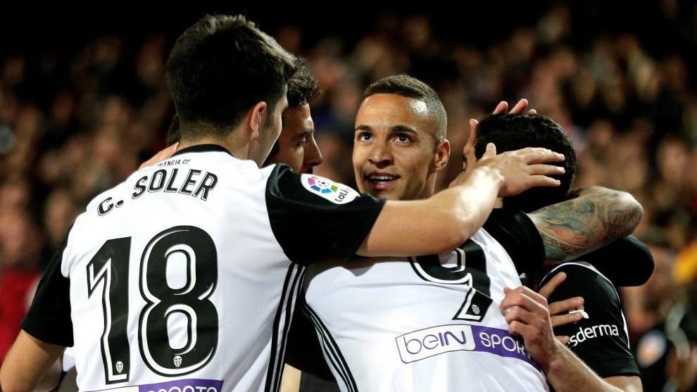 3aa32bda4 Los jugadores del Valencia celebran el gol de Rodrigo ante el.