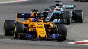 Alonso, por delante de Hamilton, durante el GP de Bahreín.