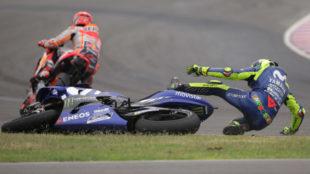Valentino Rossi, en el suelo mientras Márquez se aleja