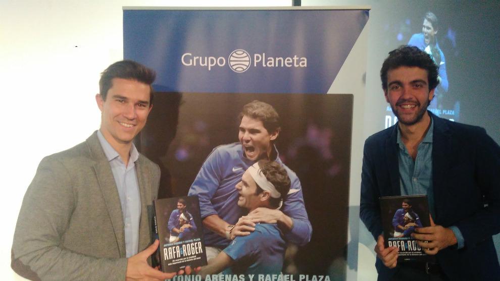 Antonio Arenas y Rafael Plaza, con su obra.