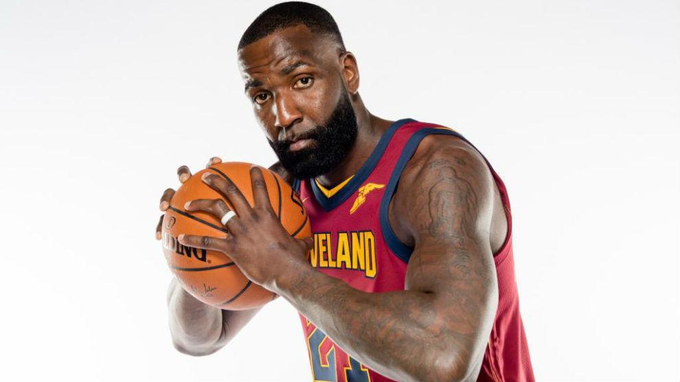 Kendrick Perkins posando en el Media Day de los Cleveland Cavaliers