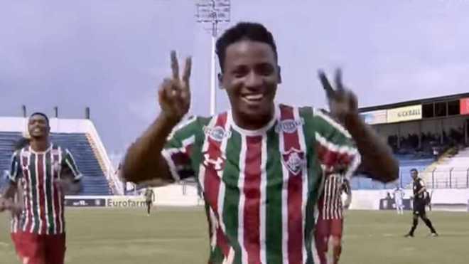 Araújo, celebrando un gol con el Fluminense.