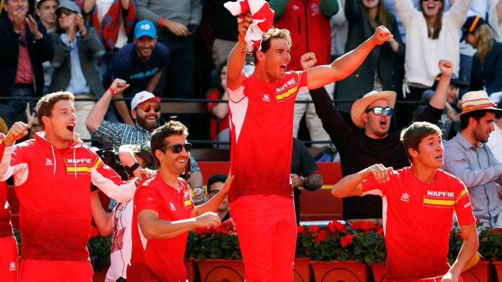 El equipo español anima a David Ferrer durante el quinto punto del...