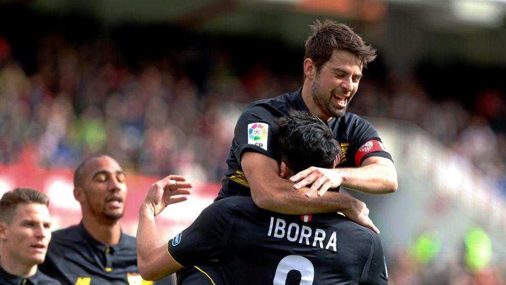 Coke Andujar y Vicente Iborra celebran un gol del Sevilla