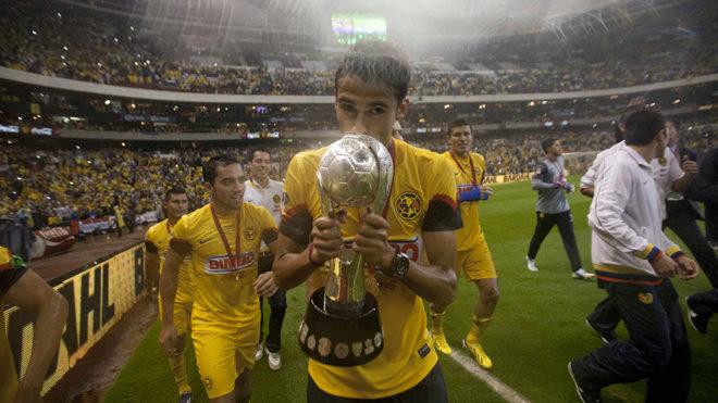 Diego Reyes festejando título con las Águilas