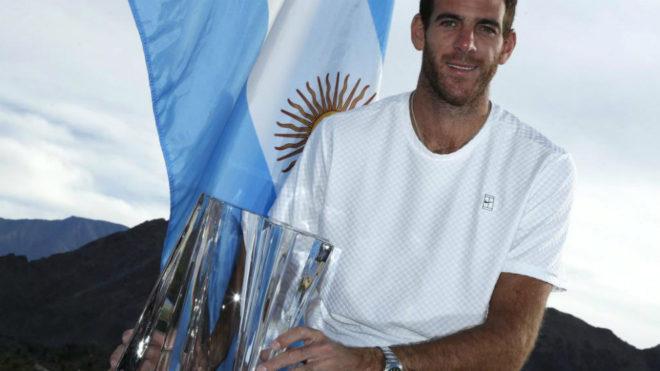 Del Potro posa con el trofeo conquistado en Indian Wells.