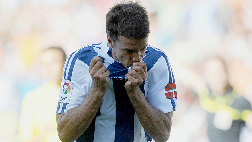 Xabi Prieto se besa el escudo tras marcar al Villarreal en 2010
