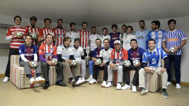 Los jugadores españoles posaron con la camiseta de sus respectivos...