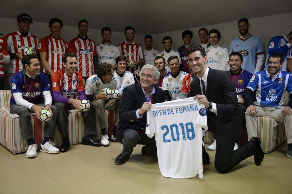 Álvaro Arbeloa entregó una camiseta del Madrid al presidente de la...