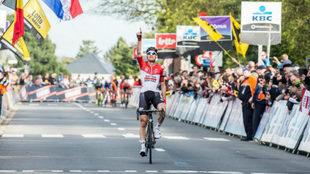 Tim Wellens dedica el triunfo a su compatriota Michael Goolaerts, que...