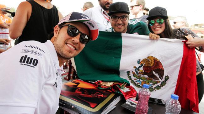 Checo, con aficionados mexicanos en Sakhir