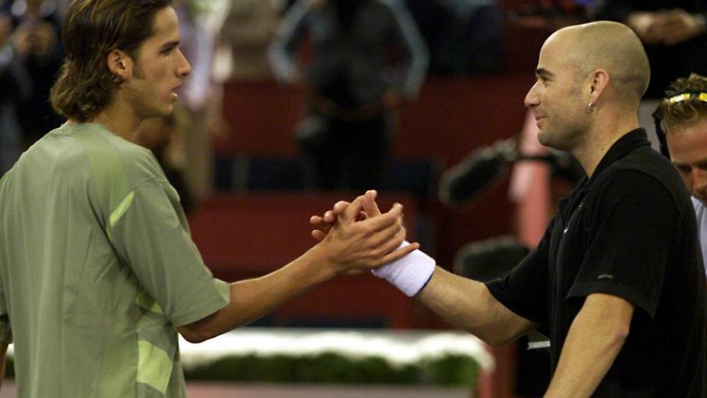 Feliciano y Agassi se saludan tras el partido que disputaron en la...