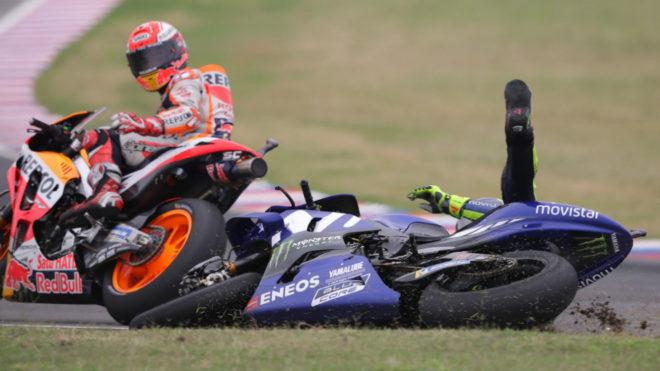 Márquez mira cómo cae Rossi.