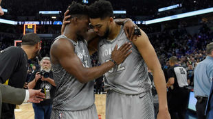 Jimmy Butler y Karl-Anthony Towns se abrazan tras conseguir la...