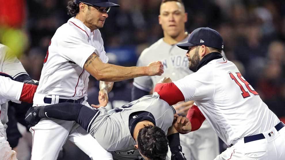 Un pelotazo del pitcher Joe Kelly (Red Sox) a Tyler Austin (Yankees)...