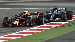 Verstappen, con la rueda pinchada tras tocar a Hamilton.