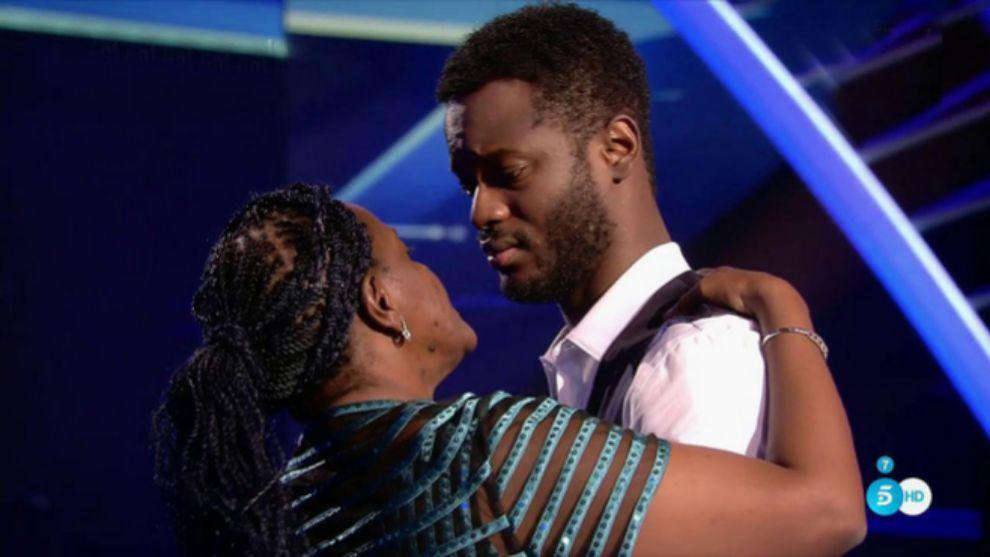 César Brandon y su madre tras su última actuación en la final de...