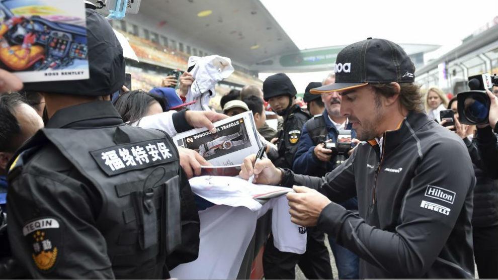 Alonso firma autógrafos en el circuito de Sahnghai.