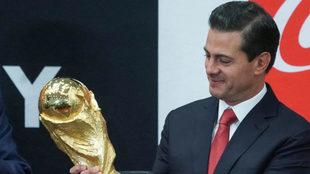El Presidente Peña Nieto, con la Copa del Mundo