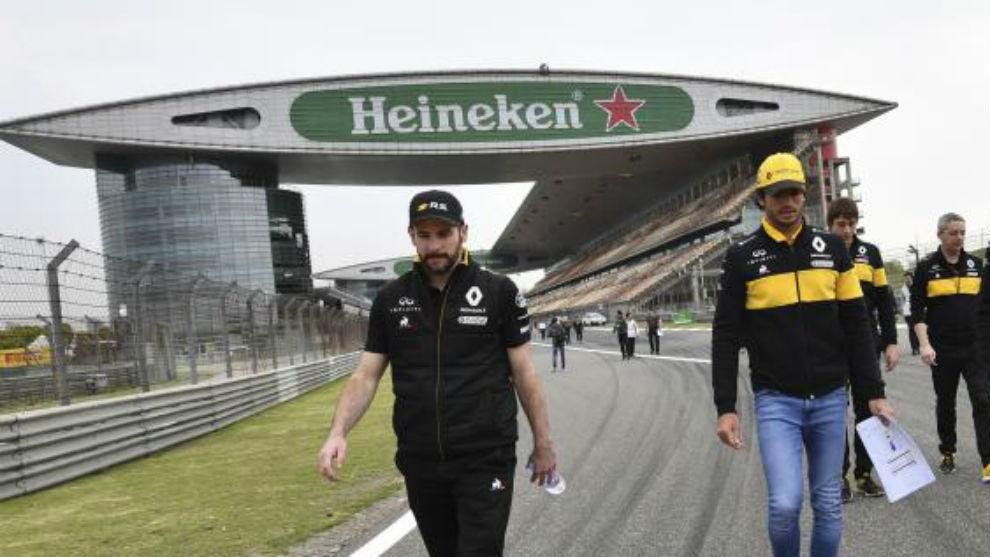 Carlos Sainz da la vuelta a la pista junto a su equipo técnico.
