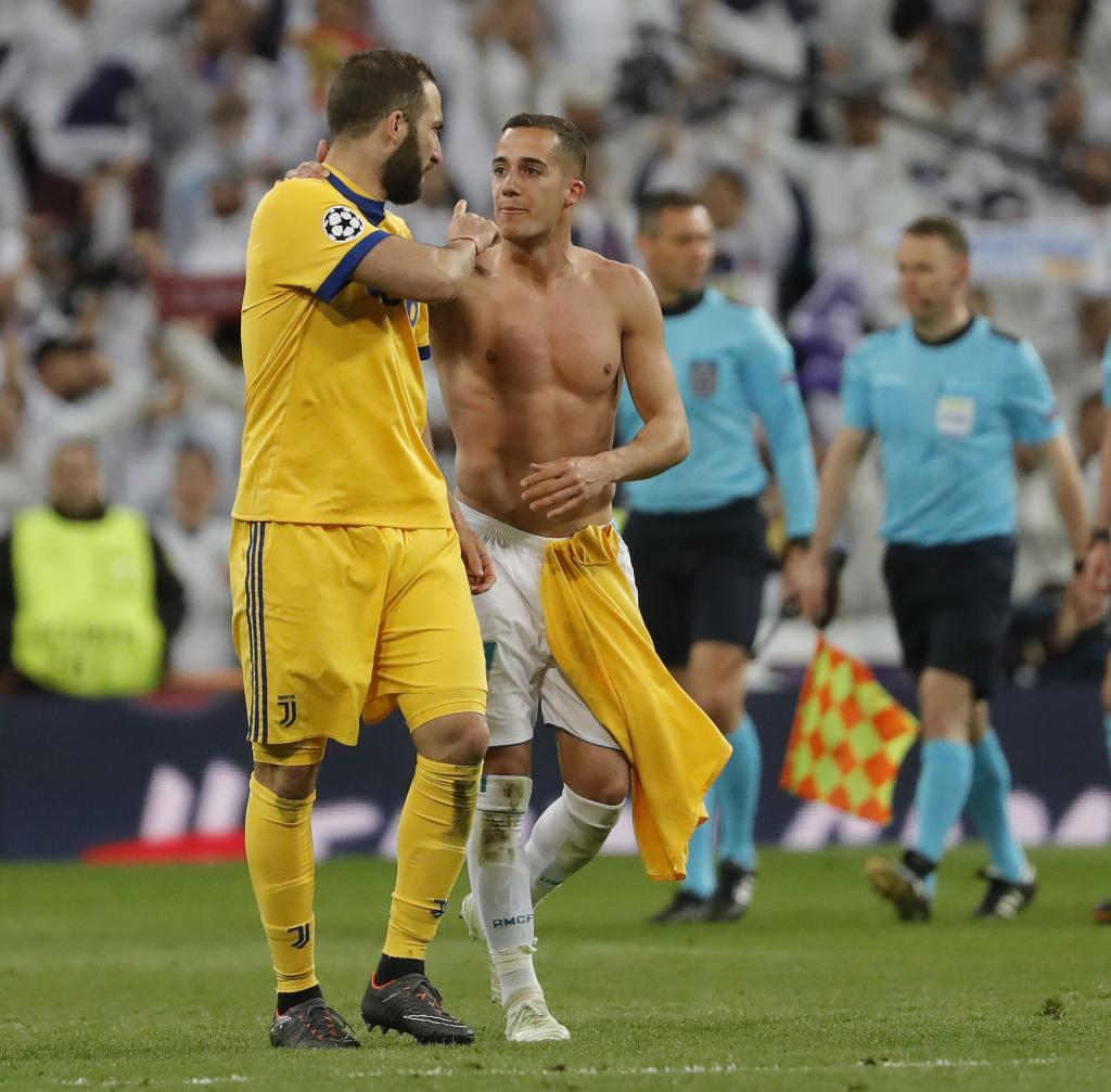 Higuain confronts Vazquez over the penalty