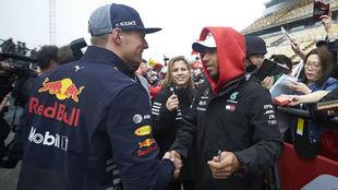 Hamilton da la mano a Verstappen hoy en el circuito de Shanghái