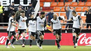 Varios jugadores del Valencia celebran un gol.