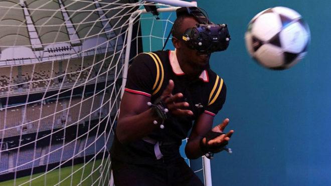 Usain Bolt utiliza unas gafas de realidad virtual mientras da una...