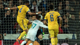 La imagen de la polémica jugada entre Benatia y Lucas Vázquez.