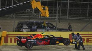 RB14 de Max Verstappen retirado por la grúa tras su accidente en...