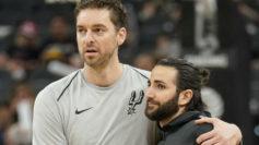 Pau Gasol y Ricky Rubio se saludan antes de un partido entre Spurs y...