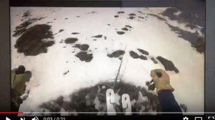 El esquiador se da cuenta tarde de que accede a una zona sin nieve y...