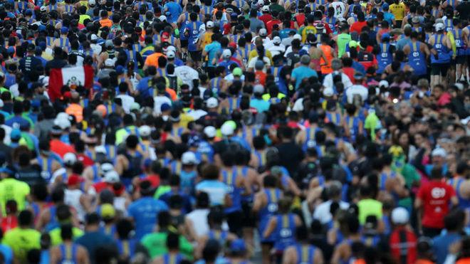 Miles de corredores durante un maratón.