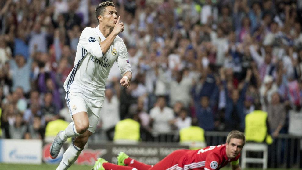 Cristiano Ronaldo celebra un gol ante la mirada de Philipp Lahm