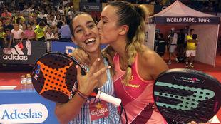 Teresa Navarro y Victoria Iglesias tras un partido esta temporada.