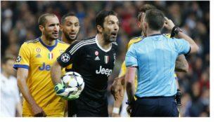 Buffon protesta a Michael Oliver antes de ver la roja.