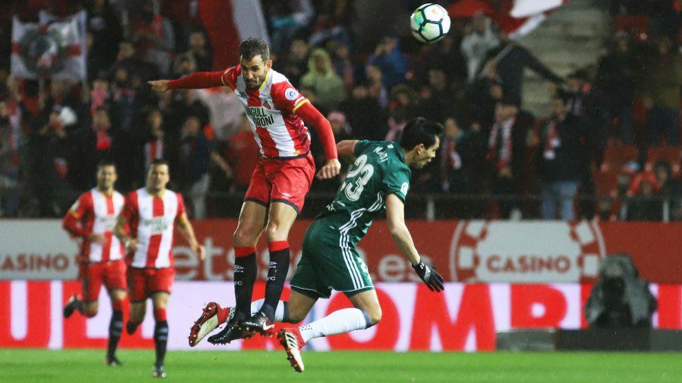 Stuani y Mandi disputan un balón durante el Girona-Betis.