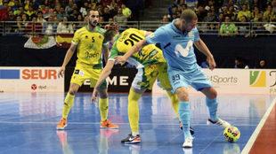 Elisandro y Chino disputan un balón en la final de la Copa de...