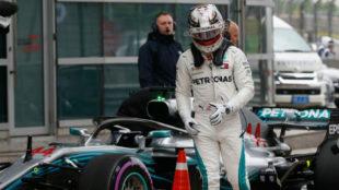 Hamilton se baja del coche muy enfadado, tras abortar su vuelta en Q3.