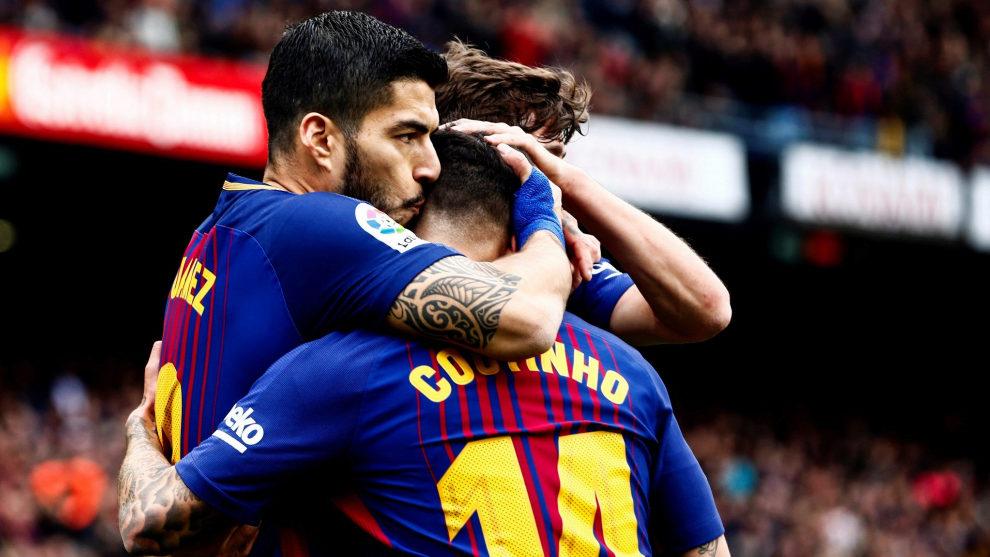 Los jugadores del Barça celebran el primer gol de Suárez.