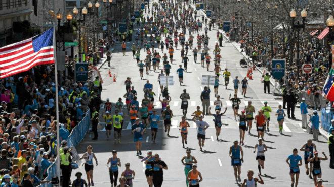 Miles de corredores llegan a meta en el maratón de Boston