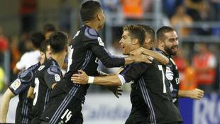 Los jugadores del Madrid celebran el título en La Rosaleda.