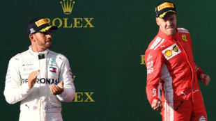 Vettel celebra su triunfo en Australia ante Hamilton.