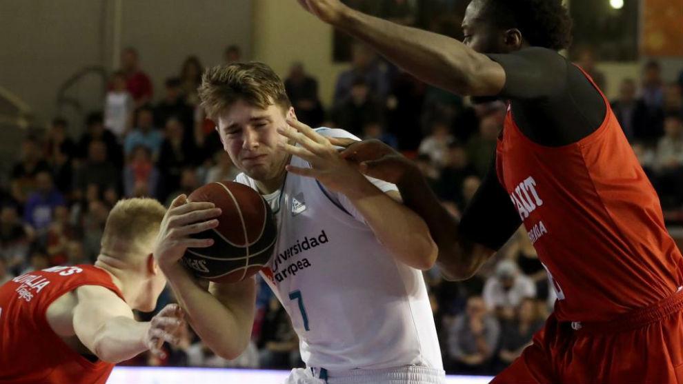 Luka Doncic intenta entrar a canasta ante la defensa de Gabe Olaseni