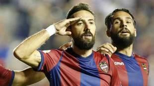 Morales celebra un gol con el Levante.