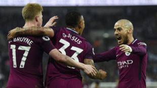 De Bruyne, Gabriel Jesus y Silva celebran uno de los goles 'citizens'.