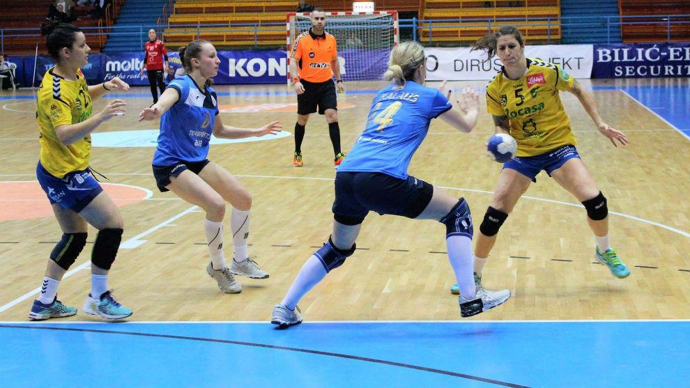 Un momento del partido de ida de cuartos entre el Lokomotiva y el...