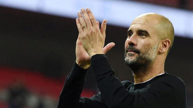 Guardiola saluda a los hinchas del City en Wembley.