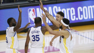 Klay Thompson, Kevin Durant, Draymond Green y JaVale McGee se...