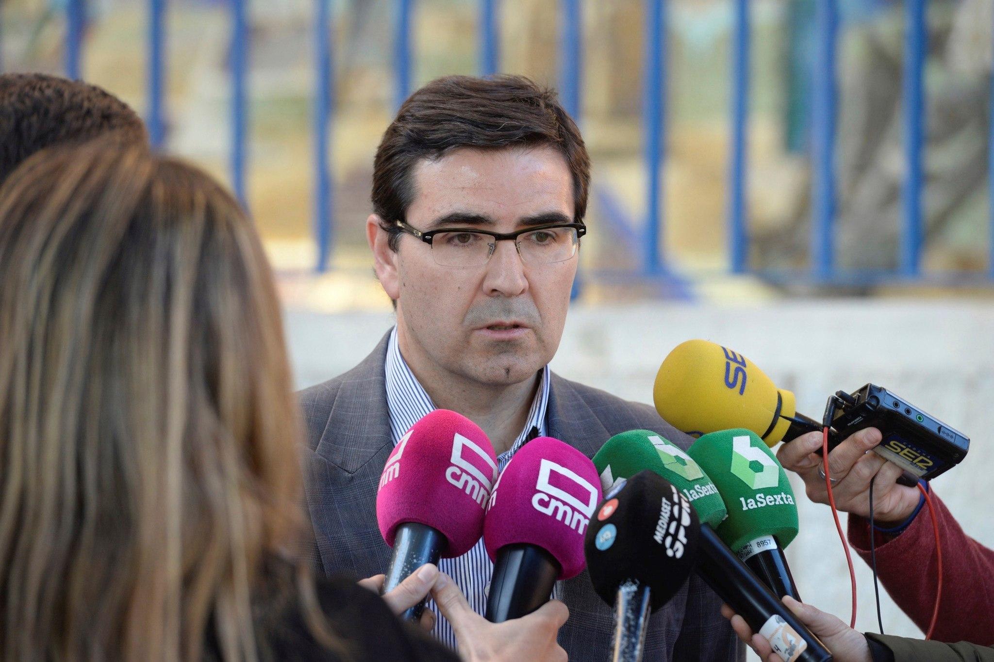 El presidente del CD Toledo, Fernando Collado, mientras atendía a los...